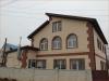 фото дома, фасад защищен панелями с мраморной крошкой  11